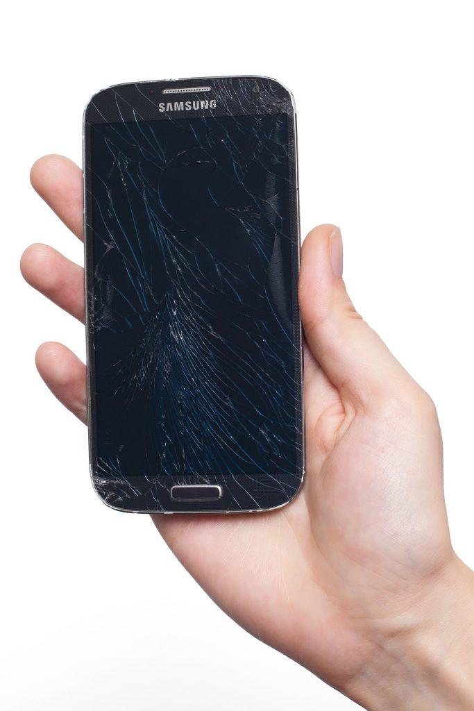 Zbita szybka w telefonie
