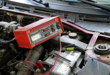 W jaki sposób ładować akumulator prostownikiem